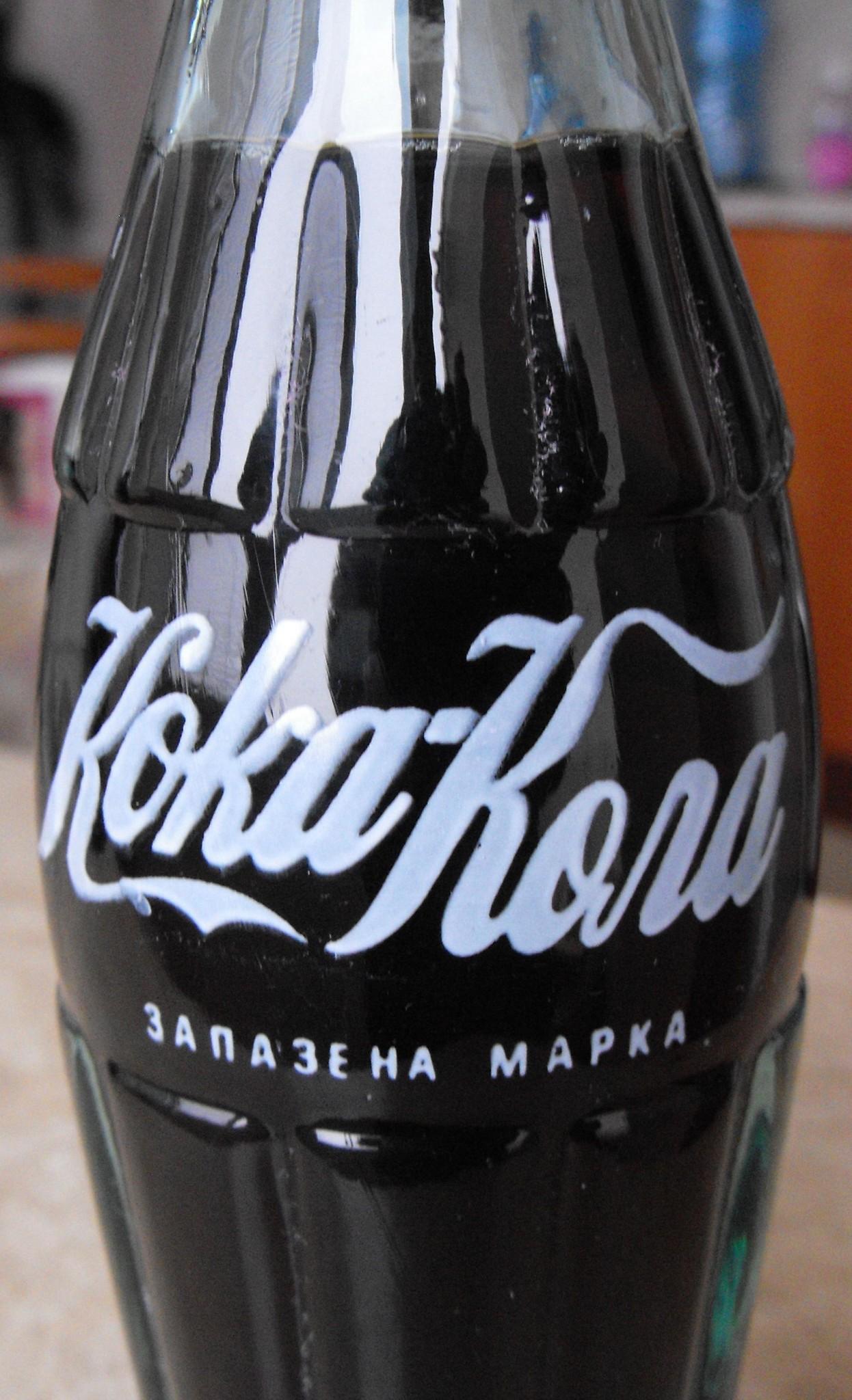 Le style d'écriture de Coca Cola se reconnaît en alphabet cyrillique