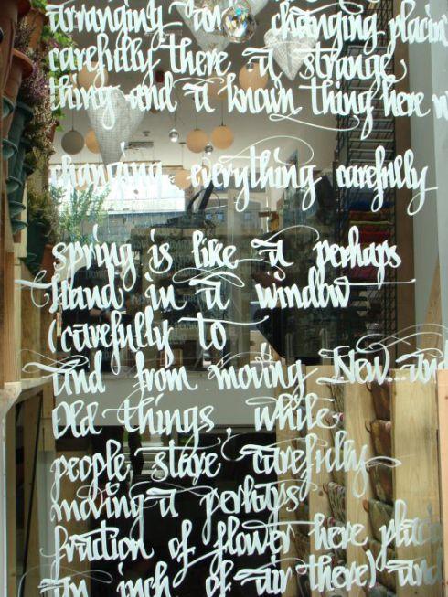 Lettrage en calligraphie sur une vitrine