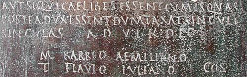 écriture en capitale romaine