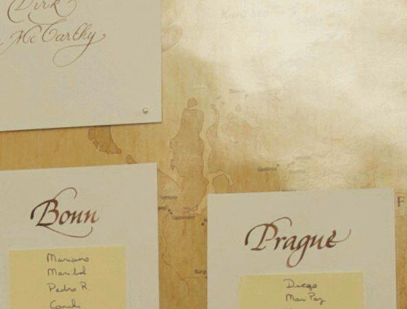 détail de plan de table mariage avec calligraphie